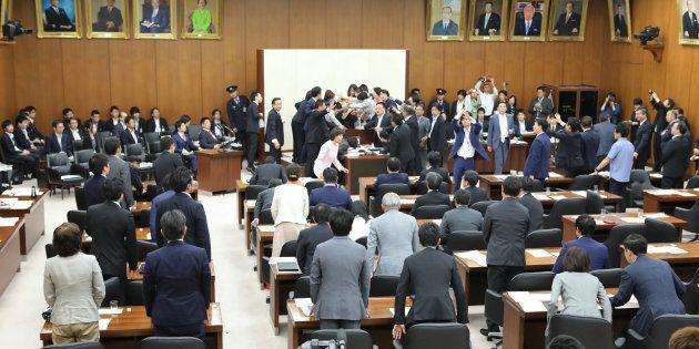 「働き方改革」関連法案の採決で紛糾する衆院厚生労働委員会=25日、国会内