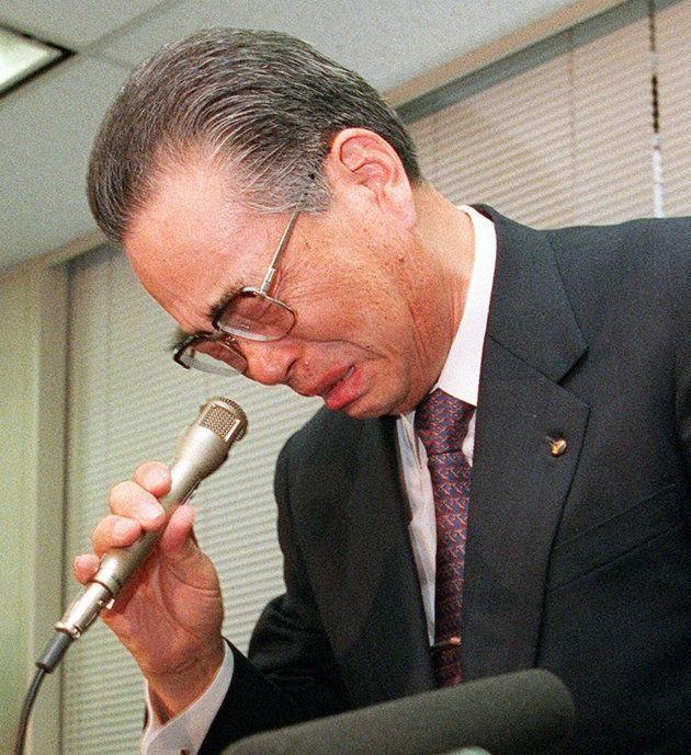 記者会見で涙声で訴える野澤正平社長(1997年11月24日=東京・日本橋兜町の東京証券取引所)