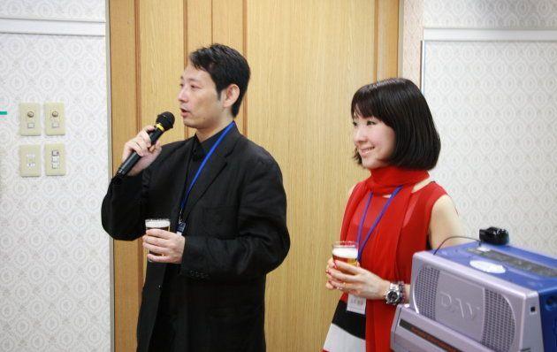 この日の「山一証券1995年入社組同期会」で司会を務める谷本さん(右)。現在はForbes