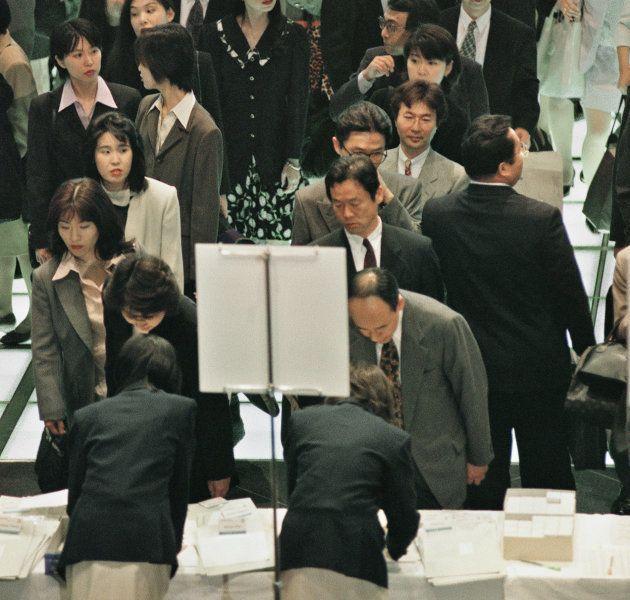 山一証券の元社員を雇用して発足した「メリルリンチ日本証券」の入社式の受け付けをする新入社員(東京・千代田区の国際フォーラム)撮影日:1998年04月18日