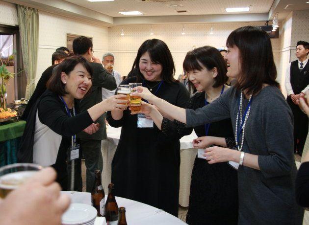 乾杯する元山一証券の社員たち