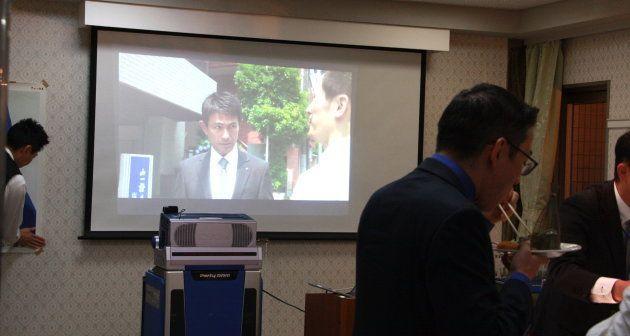 同期会の会場では、山一証券の精算業務に尽力した社員たちを描いたドラマ「しんがり」が流れていた。