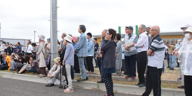 新潟県知事選挙の候補者の訴えを聞く有権者=9日午後、新潟市東区