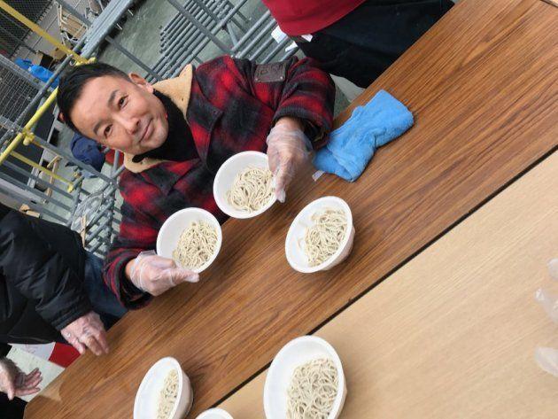 横浜・寿町の炊き出しを手伝う山本太郎議員