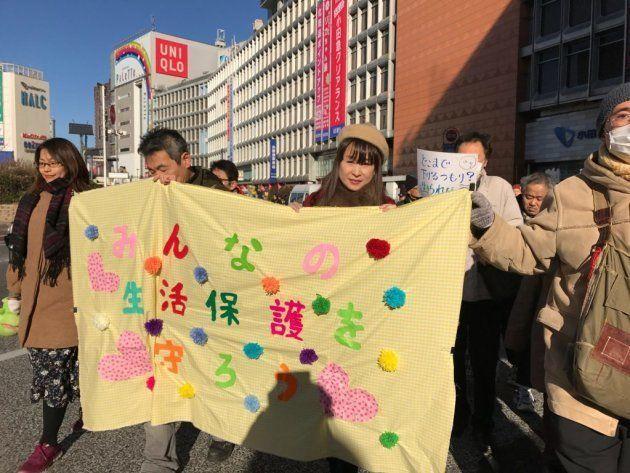 デモ隊が新宿の街を巡りました