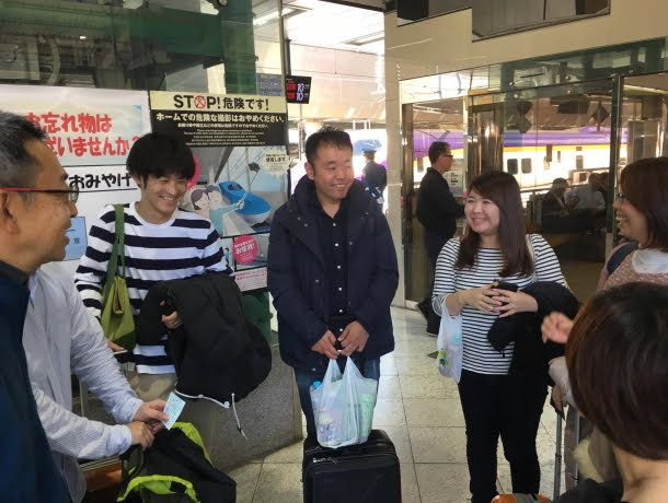 長野駅に降り立った面々。笑顔はあるが、まだなんとなくぎこちない