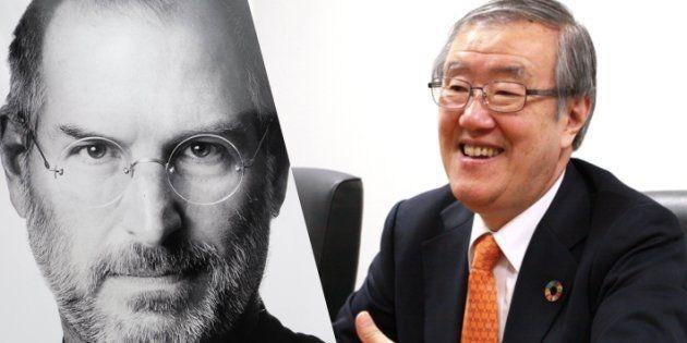 Apple共同創業者・故スティーブ・ジョブズ氏(左)と立命館アジア太平洋大学(APU)の出口治明学長