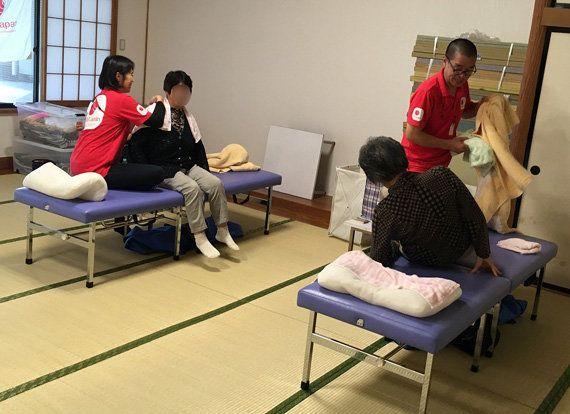 村民会館で、AARのボランティアによるマッサージを提供しました。住民の方の交流の場にもなっています(福島県双葉郡葛尾村、2017年9月16日)
