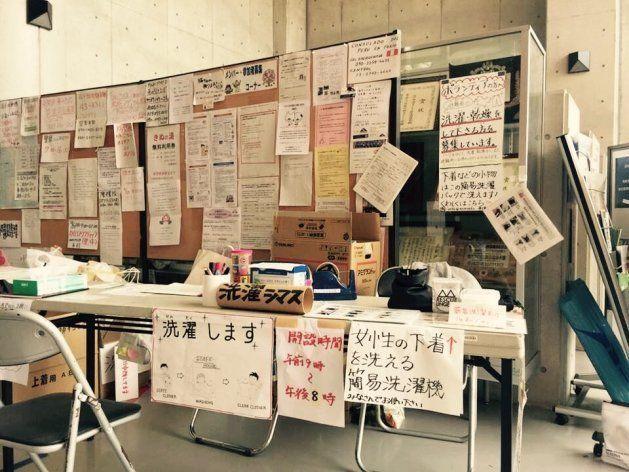 2015年、茨城県常総市の水害時に設けられた避難所。洗濯ボランティアの窓口に「レスキューランジェリー」を届けた(本間さん提供)
