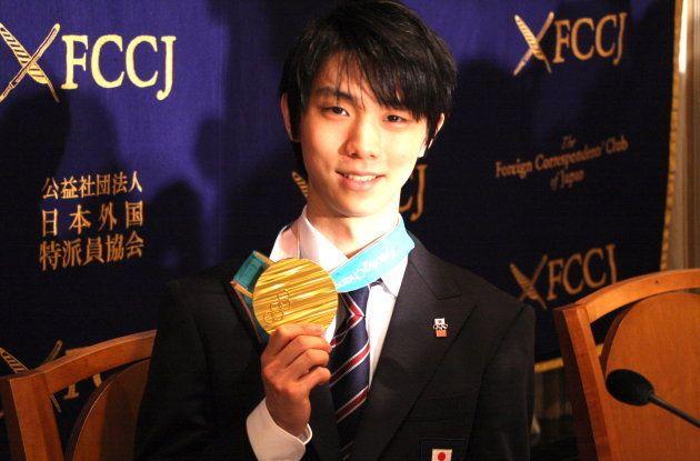 金メダルを手に微笑む羽生結弦選手(2018年2月27日=日本外国特派員協会)