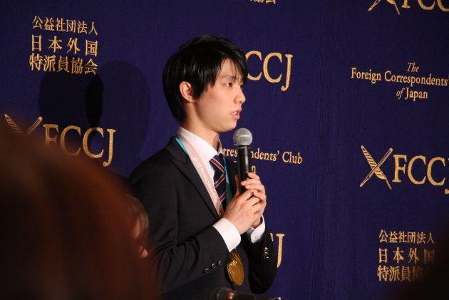 会見に臨む羽生選手(2018年2月27日=日本外国特派員協会)