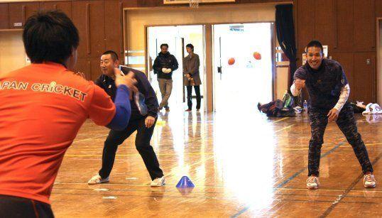 練習に参加する木村さん(右奥)