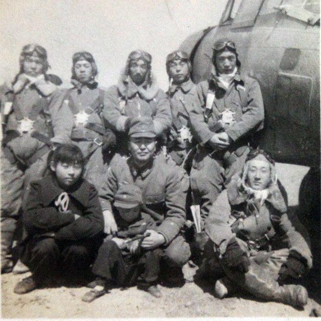 陸軍前橋飛行場で地元の子どもと記念写真におさまる特攻隊員ら(高崎市の志村邦雄さん提供)