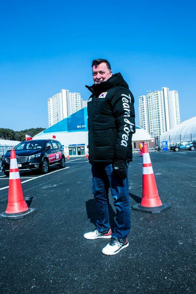 キャプション:チームコリアのジャケットを着たオーサー