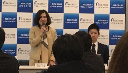 記者会見で説明する岡崎代表