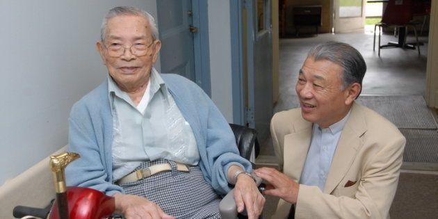 アメリカ・ルイジアナ州カーヴィル療養所で暮らすペリー・エンリケスさんと筆者(右)