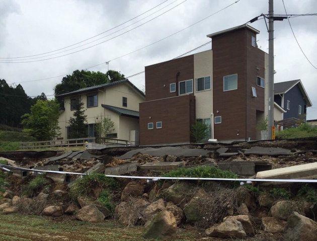 地震によって自宅前の道路が崩壊