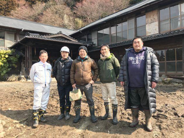 地獄温泉清風荘の代表取締役社長の河津誠さん(中央)。