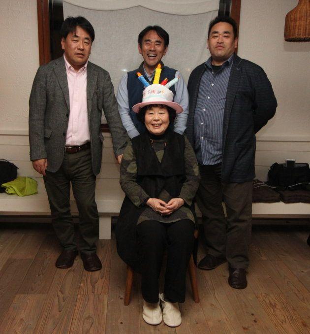 2018年3月、地獄の三兄弟と母親の大女将。誠さん(2列目左)、謙二さん(2列目中央)、進さん(2列目右)。