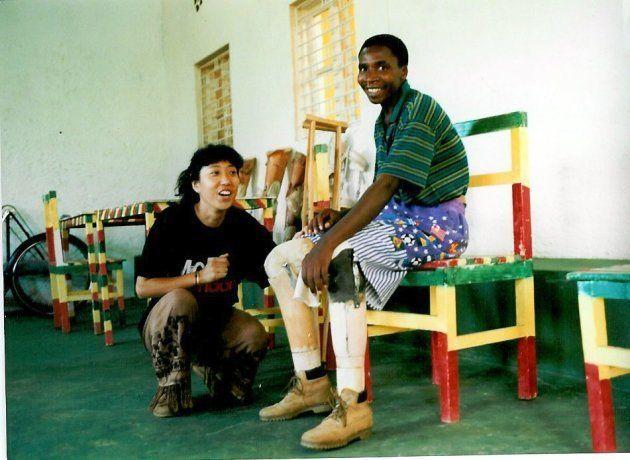 ワンラブ最初の患者さん、フェリックス。トラックで移動中、地雷を踏んで両足を失う。私たちにとって初めての義足は、両足の義足という難しい義足。何年間も座ったままの生活だったので、義足を履いて立ち上がった時は眩暈がしたらしい。