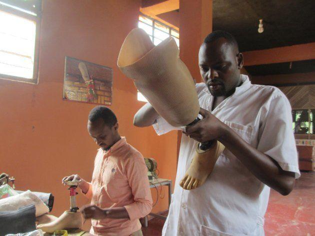 白いシャツはアシエール、ピンクシャツはエメリー。いつも助け合いながら義足を製作。