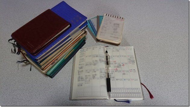 発症後、これまで綴ってきたメモ帳や手帳(大庭さん提供)