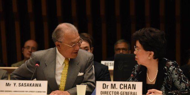 マーガレット・チャンWHO事務局長(当時)と筆者(左)。2017年ジュネーブにて。