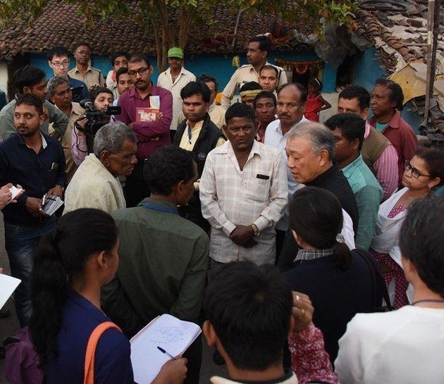 インドのハンセン病コロニーにて取材を受ける。