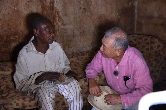 家族と離れ一人で住むカメルーンの回復者を訪問。