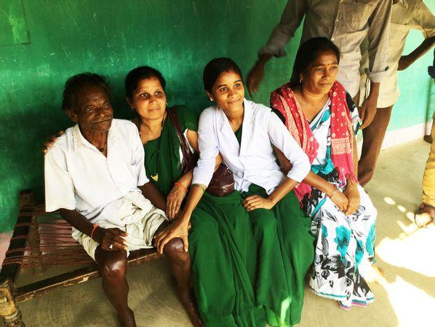 コミュニティで選出されたミタニンと呼ばれるヘルスボランティア(右から2人目)と彼女が見つけたハンセン病の患者さん(左端)。