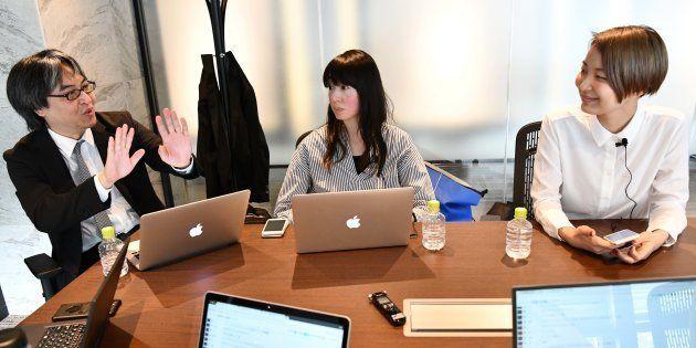 サービスを体験するため、即席の会議を開くハフポスト日本版編集部員ら=東京