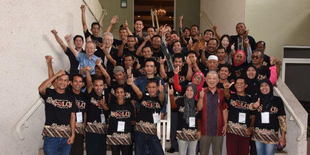 インドネシアの回復者組織PerMataのスタッフらと。