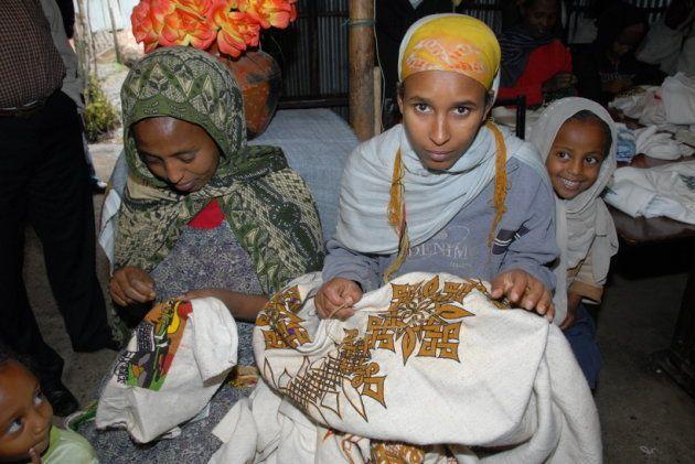 エチオピアの回復者組織ENAPALの支援で、販売する手工芸品に刺繍を施している女性。