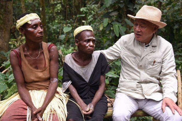 カメルーンで暮らすピグミーの女性から、ハンセン病の差別について聞く筆者(右)。