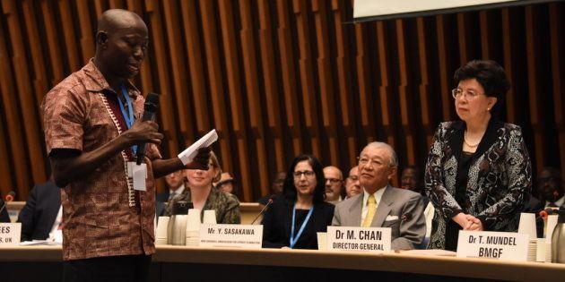 2017年4月にジュネーブで開催された国際会議で発言するケニアの回復者であるコフィ・ニャルコ氏とマーガレット・チャンWHO事務局長(当時)。