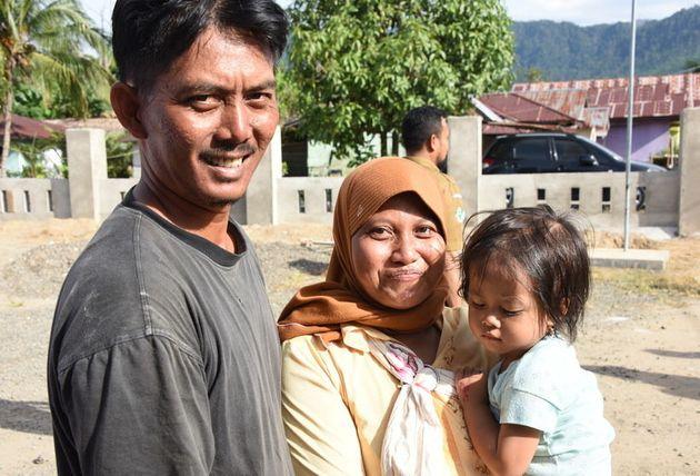 インドネシアの回復者ルスディさんと家族は笑顔で撮影に応じてくれた。