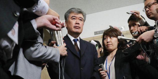 辞任を表明し、報道各社の取材に応じる福田淳一財務事務次官=18日午後、財務省