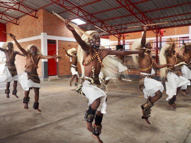 贈呈式では、ルワンダの伝統的ダンスが披露された。