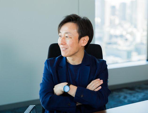 青野慶久(あおの・よしひさ)。1971年生まれ。愛媛県今治市出身。大阪大学工学部情報システム工学科卒業後、松下電工(現 パナソニック)を経て、1997年8月愛媛県松山市でサイボウズを設立した。2005年4月には代表取締役社長に就任(現任)。社内のワークスタイル変革を推進し、離職率を6分の1に低減するとともに、3児の父として3度の育児休暇を取得している。2011年からは、事業のクラウド化を推進。厚生労働省「働き方の未来