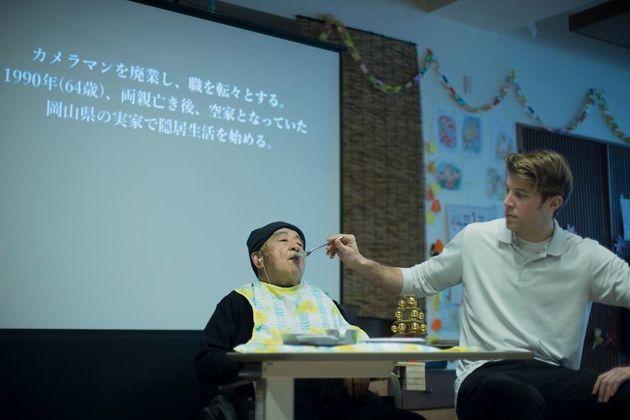 OiBokkeShi『よみちにひはくれない』と『カメラマンの変態』美作公演の舞台写真。(撮影:hi foo