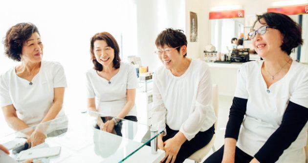 伊藤さんを支えてきたショップスタッフの方々。左から、小川千代子さん、大川内豊子さん、(伊藤さん)、三品まり子さん。