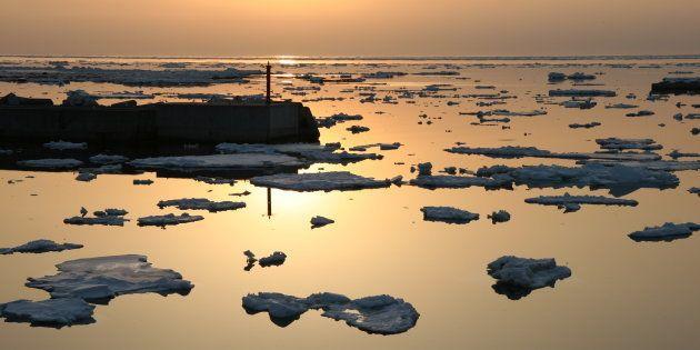 流氷に沈む夕日。カフェバー「GVO」に近いウトロ漁港にて(3月27日撮影)