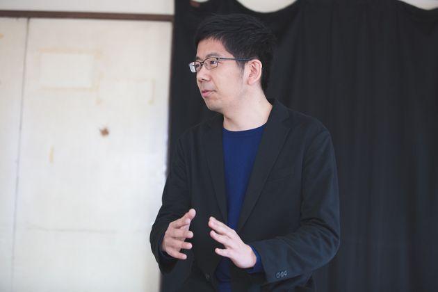 武田砂鉄(たけだ・さてつ)さん。ライター。1982年、東京都生まれ。大学卒業後、出版社で時事問題やノンフィクション本の編集に携わる。2014年秋より、フリーランスに。2015年9月、『紋切型社会──言葉で固まる現代を解きほぐす』で「第25回Bunkamuraドゥマゴ文学賞」を受賞。著書に『芸能人寛容論』『コンプレックス文化論』『せいのめざめ』(共著)がある。「文學界」「cakes」「SPA!」「VERY」「暮しの手帖」などで連載。インタビューや書籍構成も手がける。