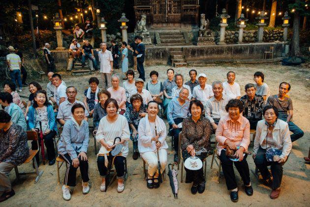 やなせななさん(前列右から4番目)と地域のエキストラのみなさん=奈良県高取町