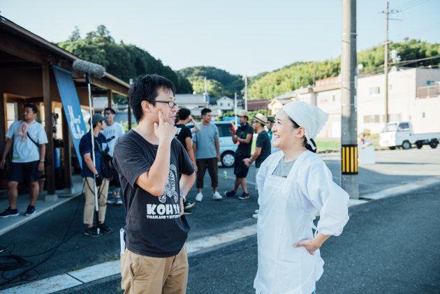 渡辺和徳監督(左)と話す、やなせななさん=奈良県高取町