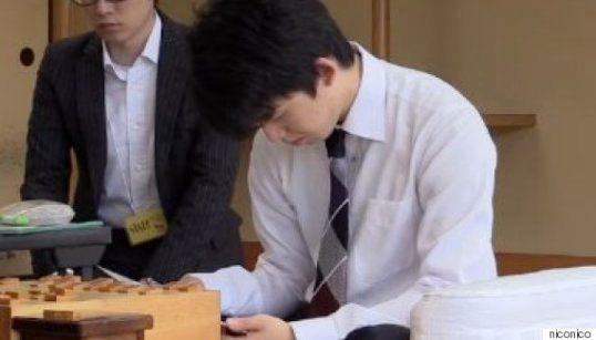 7月2日「第30期竜王戦」決勝トーナメント2回戦で食事のメニューをみつめる藤井四段