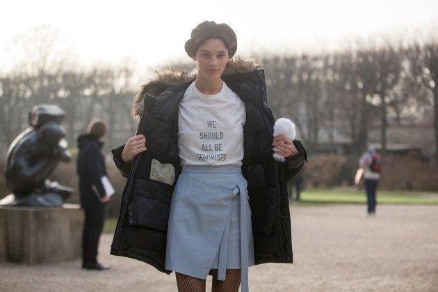 フェミニストTシャツを着るモデル