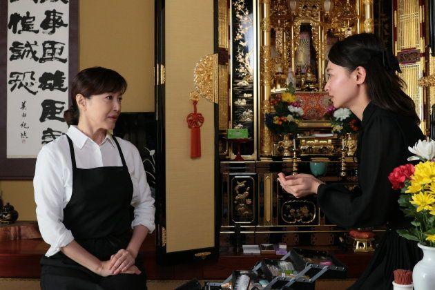 納棺師を演じる高島礼子(左)