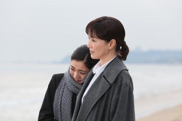 映画「おみおくり」に出演する高島礼子(右)と文音