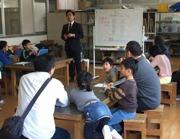子どもたちにお金や経営の仕組みについて話す眞山さん